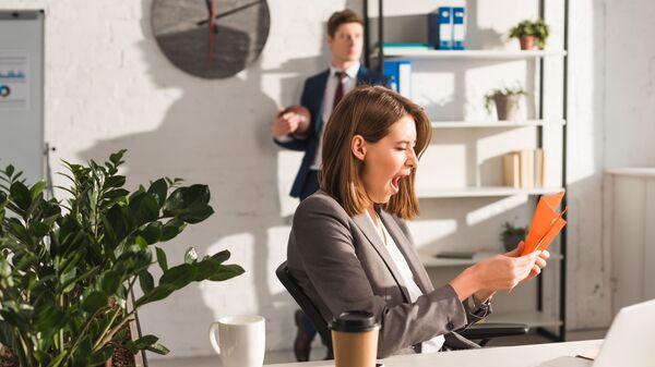 Девушка в офисе зевает - Sputnik Česká republika