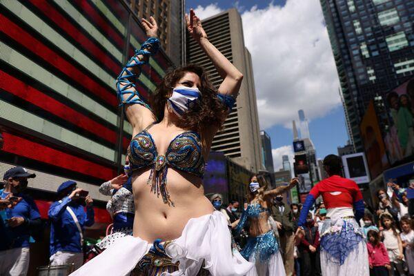 Žena tančí na izraelském večírku ke Dni nezávislosti na Times Square, New York, USA - Sputnik Česká republika