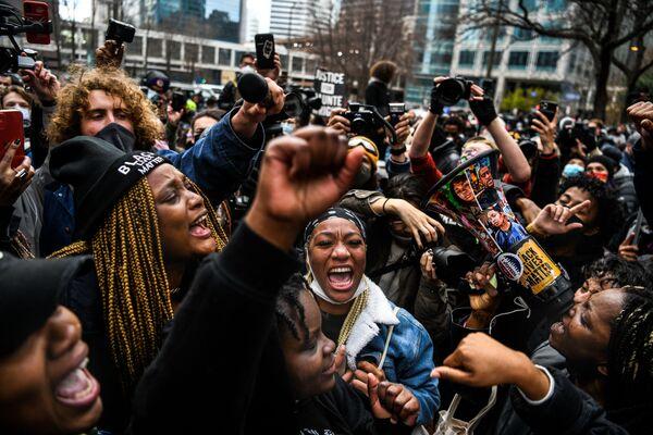 Lidé oslavují vyhlášení rozsudku v procesu s bývalým policistou Derekem Chovenem v Minneapolis, USA - Sputnik Česká republika
