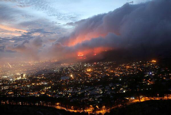 Požár na svazích hory v Kapském Městě, Jihoafrická republika - Sputnik Česká republika