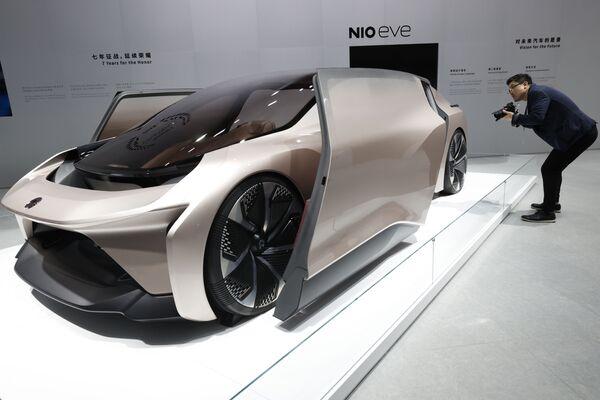 Návštěvník se dívá na koncept vozu NIO eve, prezentovaný na Mezinárodním autosalonu v Šanghaji - Sputnik Česká republika
