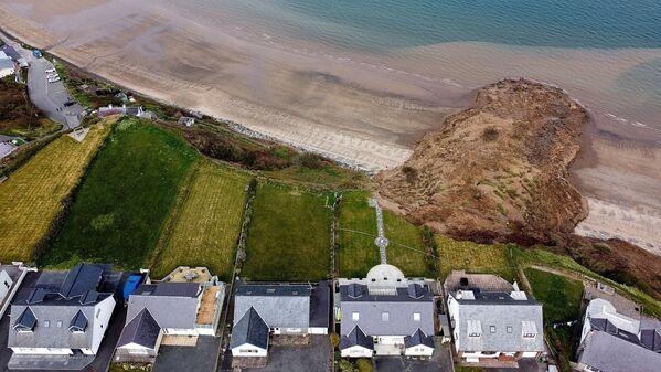 Domy na okraji útesu po zřícení pláže ve vesnici Nefin, Wales, Velká Británie - Sputnik Česká republika