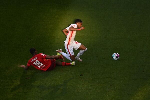 Nizozemský obránce z Kolína nad Rýnem a francouzský záložník Lipska bojují o míč během fotbalového zápasu v Německu - Sputnik Česká republika