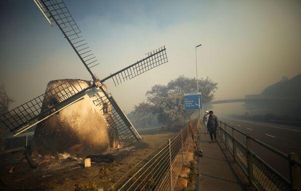 Historický mlýn Mosterta doutná, hasiči se snaží uhasit požár v Kapském Městě - Sputnik Česká republika