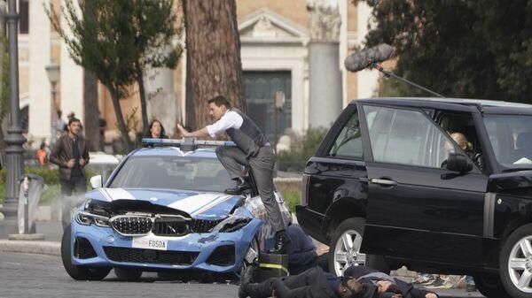 Актер Том Круз (в центре) садится в полицейскую машину во время съемок фильма «Миссия невыполнима 7» в Риме - Sputnik Česká republika