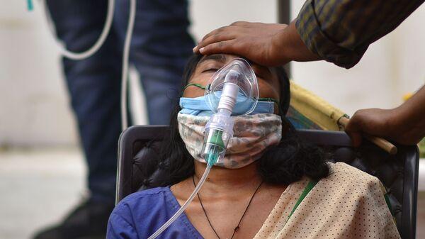 Женщина, страдающая от проблем с дыханием, бесплатно получает кислородную поддержку в Гурудваре (сикхском храме) в Дели - Sputnik Česká republika