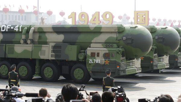Баллистическая ракета DF-41 на параде в Китае  - Sputnik Česká republika