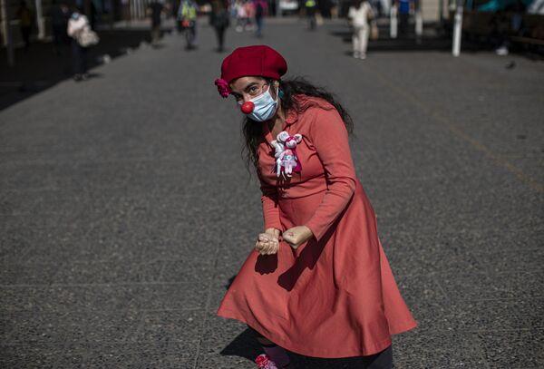 Klaun jménem Loreto Rayuela pózuje pro fotografa v centru Santiaga v Chile - Sputnik Česká republika