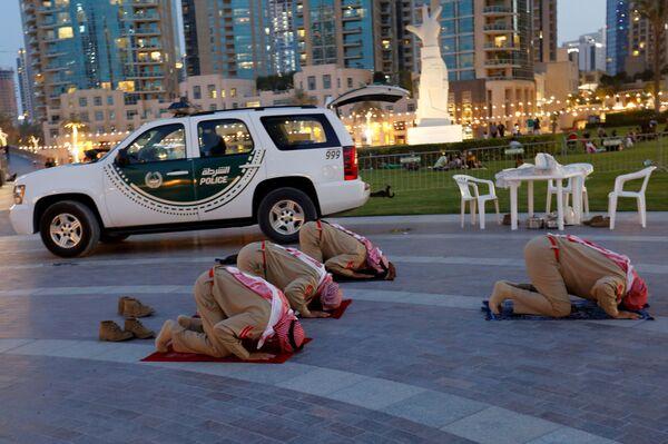 Emirátští policisté se modlí - Sputnik Česká republika