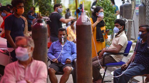 Люди, страдающие от проблем с дыханием, бесплатно получают кислородную поддержку в Гурудваре  в Дели - Sputnik Česká republika