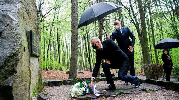 Министр иностранных дел Словакии Иван Корчок возлагает цветы к могилам советских солдат, погибших в боях за освобождение Братиславы - Sputnik Česká republika