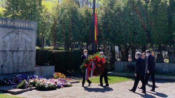 Возложение венков на Ольшанском кладбище в Праге 9 мая 2021 года - Sputnik Česká republika
