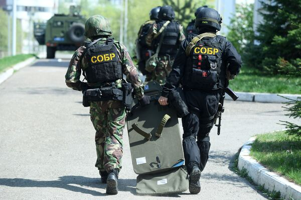 Strážci zákona poblíž školy v Kazani, kde neznámí lidé začali střílet. - Sputnik Česká republika