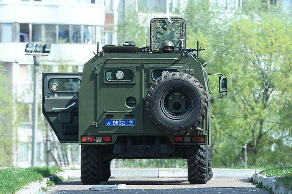 Vozidlo donucovacích orgánů poblíž školy v Kazani, kde neznámí útočníci začali střílet. - Sputnik Česká republika