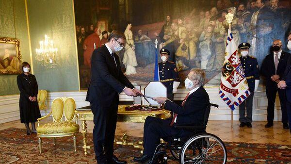 Президент Чехии Милош Земан вручает награду президенту Сербии Александру Вучичу - Sputnik Česká republika