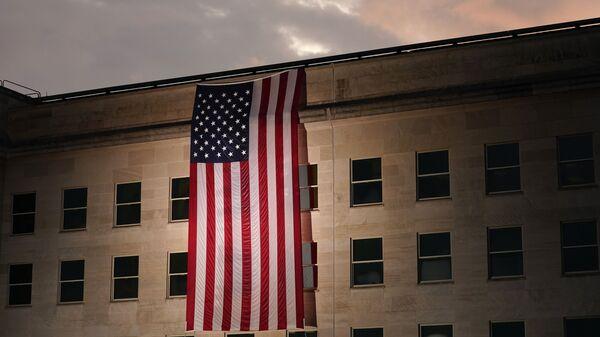 Здание Пентагона с флагом США в память о жертвах трагедии 11 сентября - Sputnik Česká republika