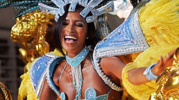 Супермодель Наоми Кэмпбелл участвует в параде школы самбы Портела в Рио-де-Жанейро, Бразилия, 2005 год - Sputnik Česká republika