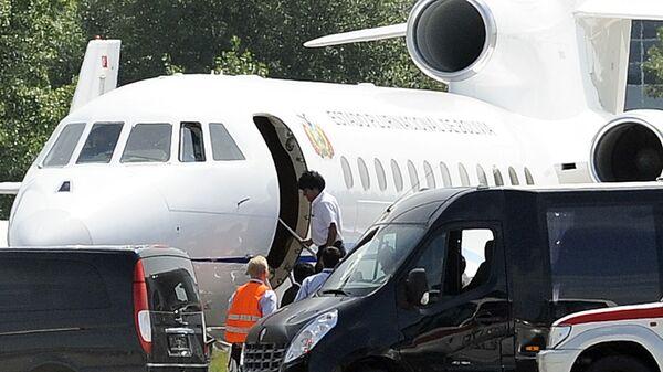 Президент Боливии Эво Моралес (в центре) садится в свой самолет в венском аэропорту Швехат - Sputnik Česká republika