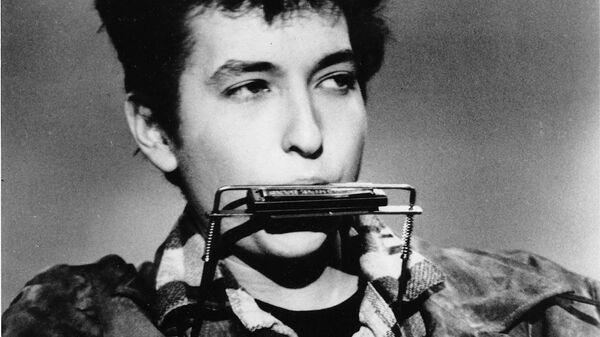Боб Дилан играет на губной гармошке и акустической гитаре в марте 1963 года в клубе - Sputnik Česká republika