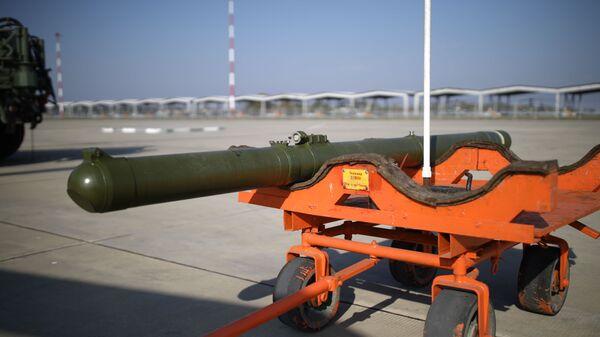 Противотанковый ракетный комплекс Вихрь-1 перед погрузкой в учебно-боевой вертолет на учениях ЮВО - Sputnik Česká republika