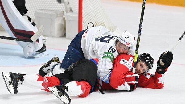Нападающий США Джейсон Робертсон и защитник Канады Колин Миллер в матче группового этапа чемпионата мира по хоккею 2021 между сборными командами Канады и США - Sputnik Česká republika