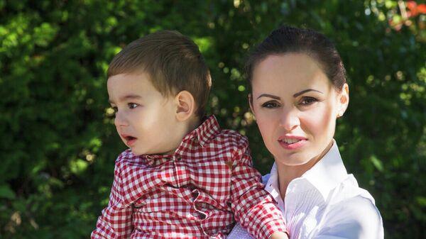 Beáta Janočková už druhý rok aktívne upozorňuje na porušovanie práv rodičov, ktorým je napriek rozhodnutiam súdov bránený styk s vlastnými deťmi. Jej iniciatíva si získala na sociálnych sieťach tisíce priaznivcov a množstvo rodičov, ktorí sú v podobnej situácii ako ona. - Sputnik Česká republika