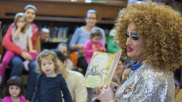 Трансвестит Lil Miss Hot Mess читает книгу детям библиотеке Нью-Йорка - Sputnik Česká republika
