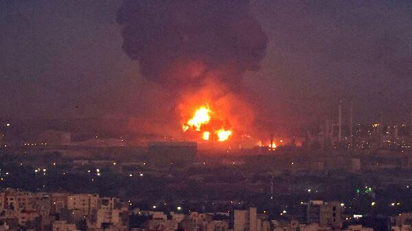 Дым от взрыва на нефтеперерабатывающем заводе в Тегеране - Sputnik Česká republika