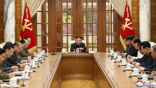 Лидер Северной Кореи Ким Чен Ын на заседании Политбюро ЦК Трудовой партии КНДР восьмого созыва - Sputnik Česká republika