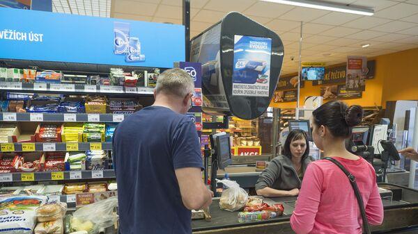 Люди на кассе чешского супермаркета - Sputnik Česká republika