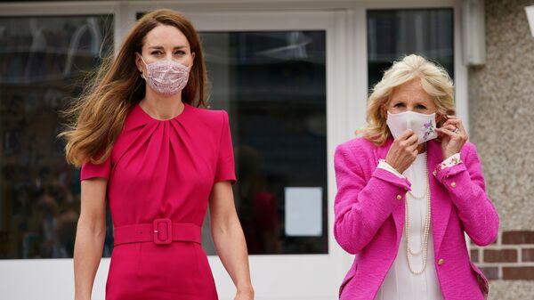 Первая леди США Джилл Байден и британская Кэтрин, герцогиня Кембриджская, идут во время посещения Академии Коннора Даунса в Хейле, Корнуолл, Великобритания - Sputnik Česká republika