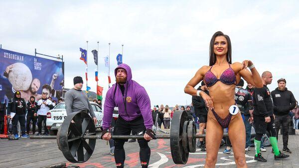 Участница соревнования в категории Фитнес-бикини в рамках кубка мира по силовому экстриму в Териберке - Sputnik Česká republika