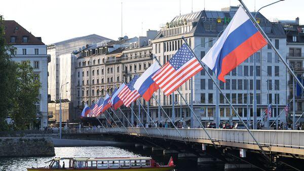 Флаги России и США на мосту Монблан в Женеве - Sputnik Česká republika
