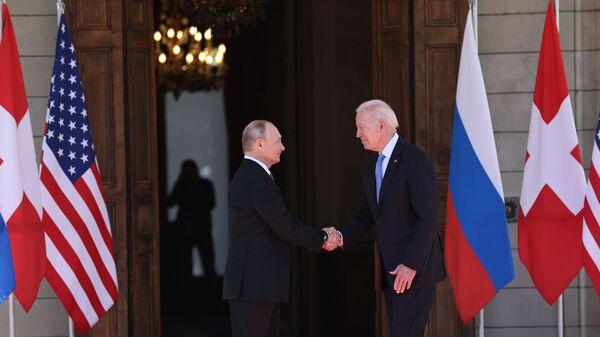 Президент России Владимир Путин и президент США Джо Байден на саммите в Женеве - Sputnik Česká republika