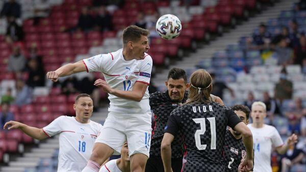Борьба за мяч во время матча между Хорватией и Чехией на Euro 2020 - Sputnik Česká republika