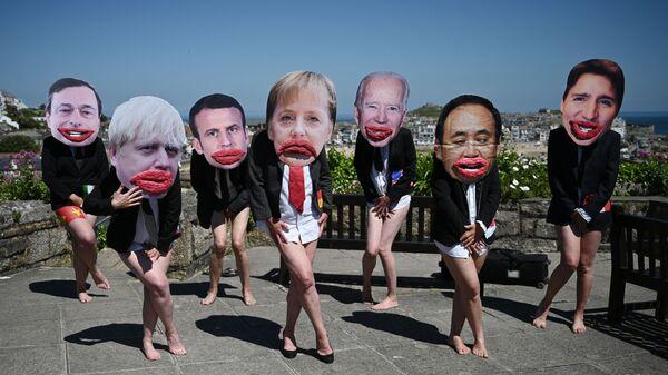 Экологические активисты Extinction Rebellion позируют с лицами лидеров G7 на демонстрации во время саммита G7 в Британии - Sputnik Česká republika