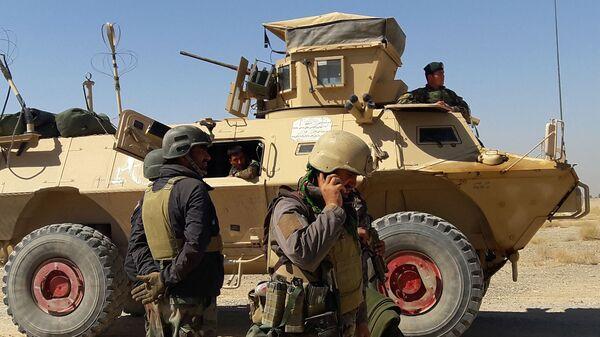 Солдаты афганских сил безопасности стоят возле бронетранспортера - Sputnik Česká republika