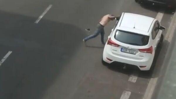 Мужчина бьется головой об автомобиль, Чехия - Sputnik Česká republika