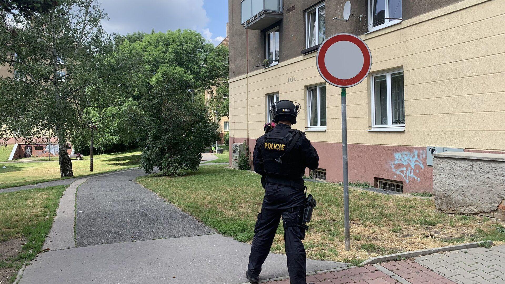 Policista hlídá dům v ulici U Libeňského pivovaru v Praze 8, kde došlo k výbuchu - Sputnik Česká republika, 1920, 26.06.2021