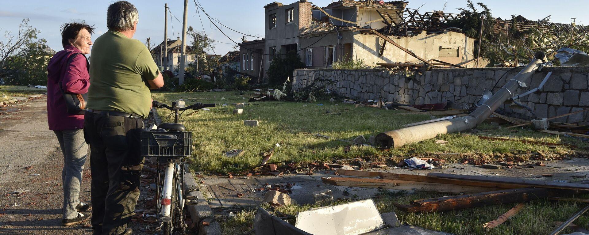 Místní obyvatelé sledují poškozené domy poté, co tornádo zasáhlo vesnici Moravská Nová Ves na jižní Moravě - Sputnik Česká republika, 1920, 06.07.2021