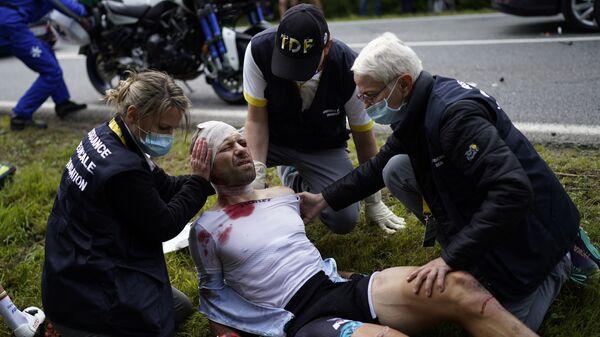 Сирил Лемуан получает медицинскую помощь после аварии на первом этапе велогонки Тур де Франс - Sputnik Česká republika