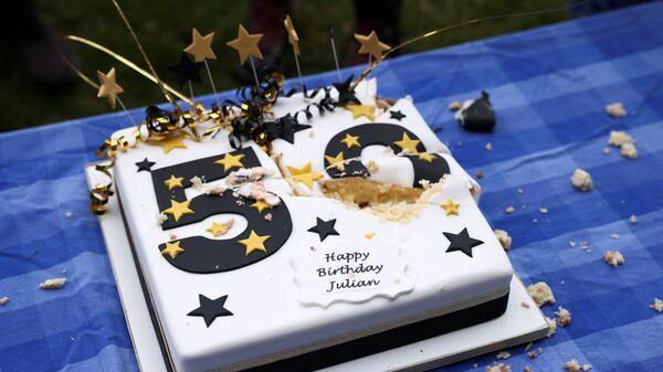 Праздничный торт на пикнике по случаю 50-летия основателя Wikileaks Джулиана Ассанжа на Парламентской площади в Лондоне, Великобритания - Sputnik Česká republika