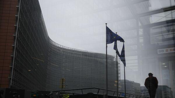 Прохожий у здания штаб-квартиры Европейской комиссии в Брюсселе, Бельгия - Sputnik Česká republika