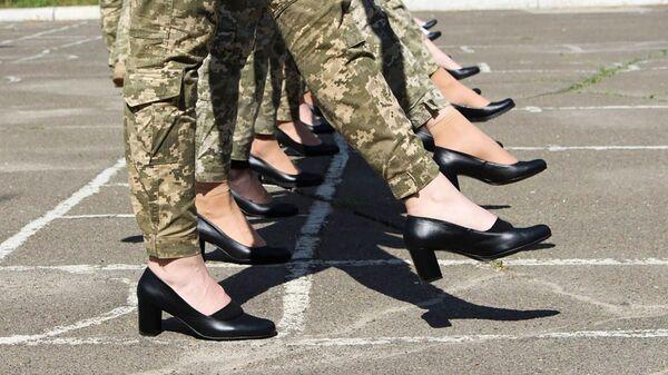 Девушки-военные украинской армии на каблуках во время репетиции военного парада в Киеве  - Sputnik Česká republika
