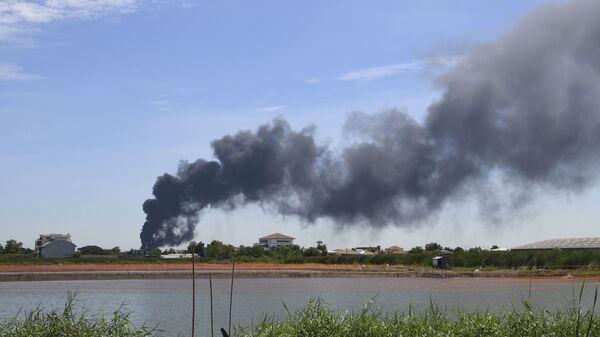 Дым от взрыва на заводе в пригороде Бангкока - Sputnik Česká republika