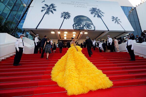Zahajovací ceremoniál festivalu v Cannes a promítání soutěžního filmu Annette startuje. Přicházejí hosté.  - Sputnik Česká republika
