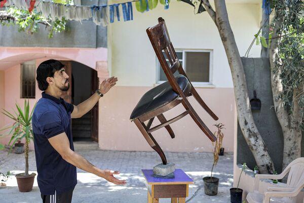 Mladík dokázal vyvážit na cihly dokonce i židli.  - Sputnik Česká republika