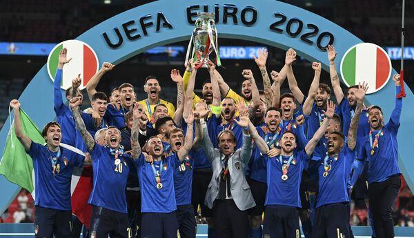 Šampioni Mistrovství Evropy ve fotbale 2020 v plné sestavě. - Sputnik Česká republika
