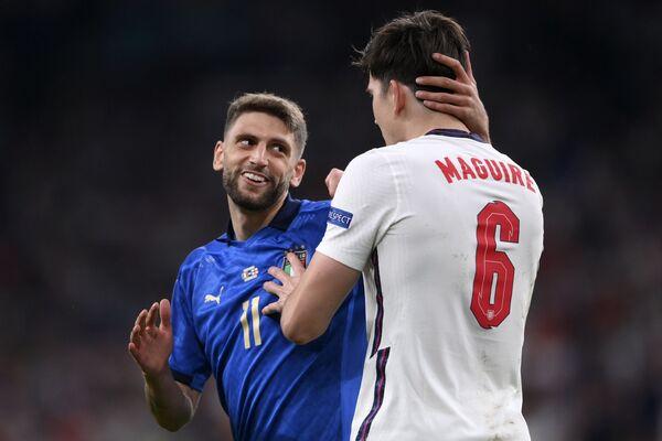 Ital Domenico Berardi povzbuzuje anglického hráče Harryho Maguirea během finále Euro 2020. - Sputnik Česká republika