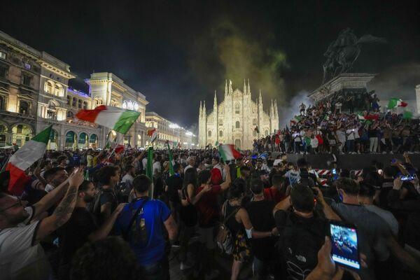 Italští fanoušci slaví úspěch národního týmu před katedrálou Duomo v Miláně. - Sputnik Česká republika